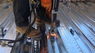 فیلم نحوه جوش دادن گلمیخ به سقف عرشه فولادی (متال دک)