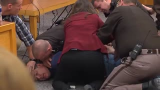 حمله پدر یکی از قربانیان تیم المپیک به پزشک مجرم در دادگاه