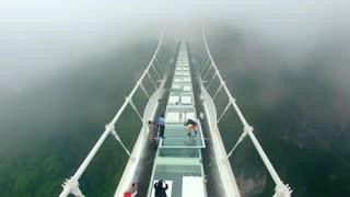 تلاش برای شکستن پل شیشه ای در چین