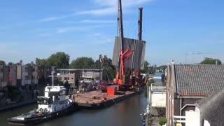افتادن 2 جرثقیل بزرگ روی ساختمان مسکونی در هلند