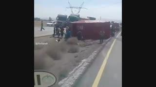 واژگون شدن ماشین در جاده و حمله مردم همیشه در صحنه به روغن موتور مجانی