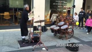 روشی خلاقانه از یک نوازنده خیابانی