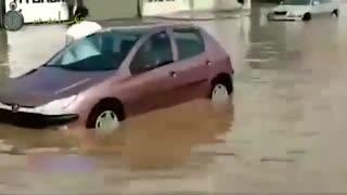 گرفتار شدن خودروها در سیلاب کاشان
