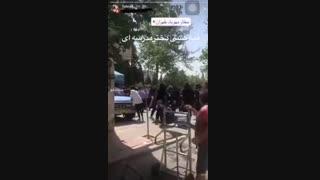 قمه کشی دختران  جلوی درب مدرسه