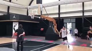 کلیپی از یونگ سنگ درحال تمین بسکتبال
