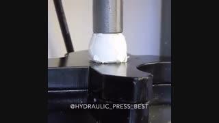 تخم مرغ زیر دستگاه پرس هیدرولیکی