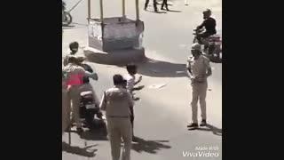 تو هند اگه کلاه کاسکت نذاری اینجوری اعمال قانونت میکنن