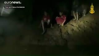 لحظه رسیدن غواصان به نوجوانان تایلندی در غار؛ اولین حرفهای آنها چه بود؟