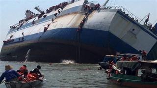 آخرین لحظات غرق شدن کشتی مسافربری در اندونزی/ 31 نفر کشته شدند