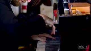 اجرای بسیار زیبای پیانو در مکان عجیب