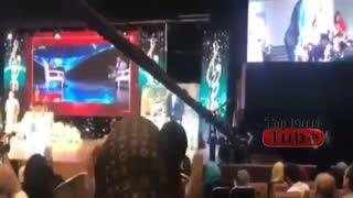 ورود احسان علیخانی با محافظ و گرفتن جایزه جشن حافظ و تقدیم آن به شهید حججی