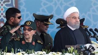 لحظه مطلع شدن روحانی و فرماندهان ارشد نیروهای مسلح از حمله تروریستی اهواز و ترک مراسم رژه