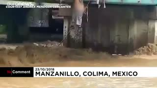 مکزیک؛ نجات مردی که گرفتار طغیان آب رودخانه شده بود